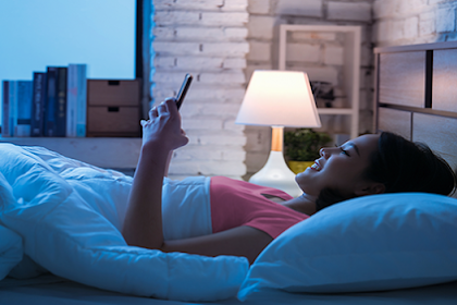 Sering Tidur Larut Malam Sambil Main Handphone, 4 Perubahan Ini Akan Terjadi Pada Tubuhmu