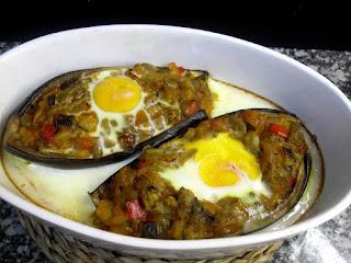 Berenjenas rellenas de pisto y huevo, recien horneadas.