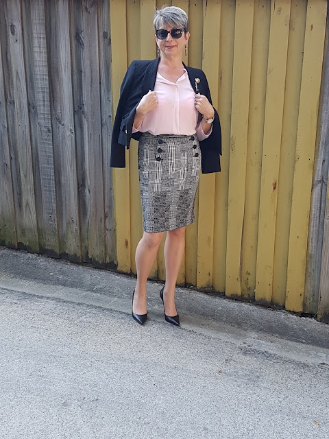 Pink blouse-pencil skirt-black pumps-black blazer