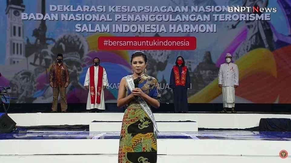 Yoan Clara Teken saat memimpin Deklarasi Kesiapsiagaan Nasional di acara Salam Indonesia Harmoni yang digelar BNPT pada 14 Februari 2021 di TVRI. (Dok. Istimewa)