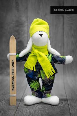 Игрушка ручной работы - зайчик с лыжами.