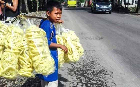 Fadil, Bocah Penjual Kerupuk Demi Biayai Ibunya Yang Hamil Jadi Viral
