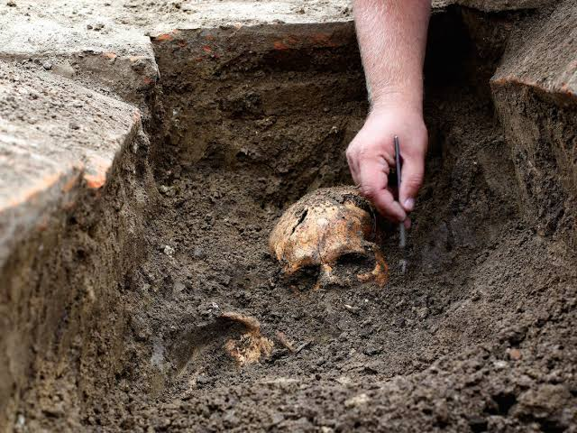 Yahoo boys pay security guards  to extract heads from corpses buried  at a popular cemetry in Ondo town