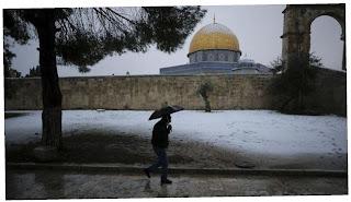 Kompleks Masjid Al Aqso diselimuti salju