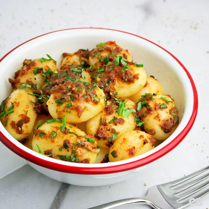 Recept: zo maak je zelf zomerse krieltjes met kruidenboter met zongedroogde tomaat!