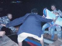 Tim Reaksi Cepat Medis Lantamal VI Lanal Kendari Evakuasi Ibu Hamil Korban Banjir Konut