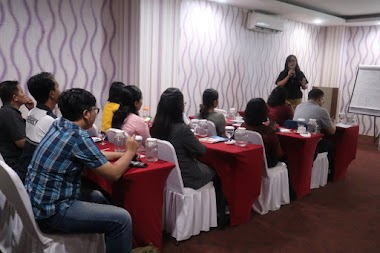 Santy Sastra Sebagai Narasumber Forgiveness Therapy Pada Workshop Finding Lucky, Happiness and Prosperity