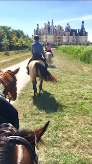 Ratsastamme kohti Chambordin linnaa Loiren Laaksossa. Riding to the Chambord castle in Loire Valley