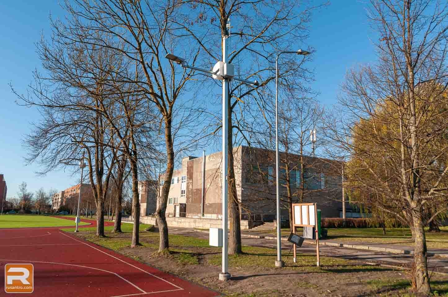 Divi stabi pie skolas sporta laukuma