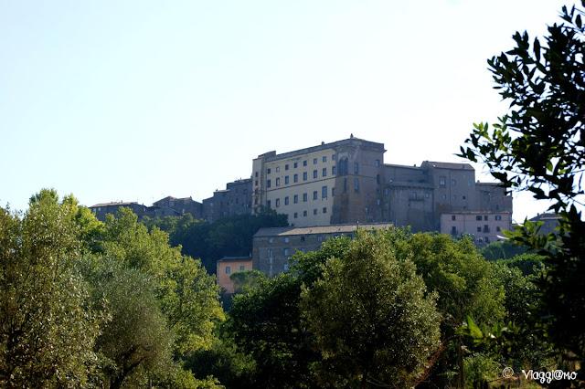 Veduta del Borgo di Bomarzo con lo svettante Palazzo Orsini