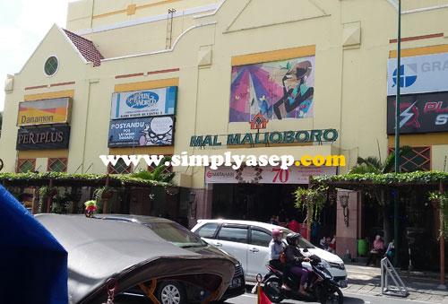 MAL MALIOHORO :  Salah satu mall terbesar di Jogjakarta ini banyak menyediakan aneka barang kesukaan pengunjung.  Kaos ori dagadu ada di bagian basementnya. Foto Asep Haryono
