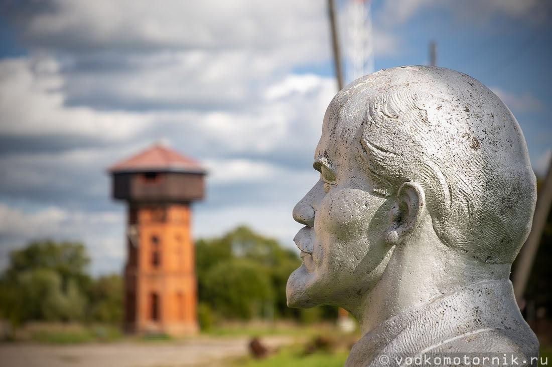 Дедушка Ленин смотрит на отреставрированную водонапорную башню в Крылово бывш. Nordenburg
