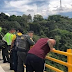 Se repite la historia, una mujer se lanzó con su hijo del puente La Variante en Ibagué, Colombia