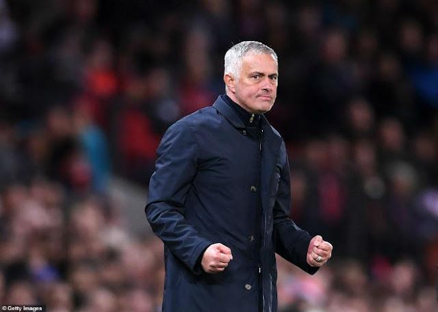 MU khốn khó: Mourinho chưa an toàn, Ronaldo - Chelsea cho bay ghế? 1