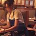 Άφησε φιλοδώρημα 200 δολάρια σε σερβιτόρους και κατέγραψε τις αντιδράσεις τους (video)