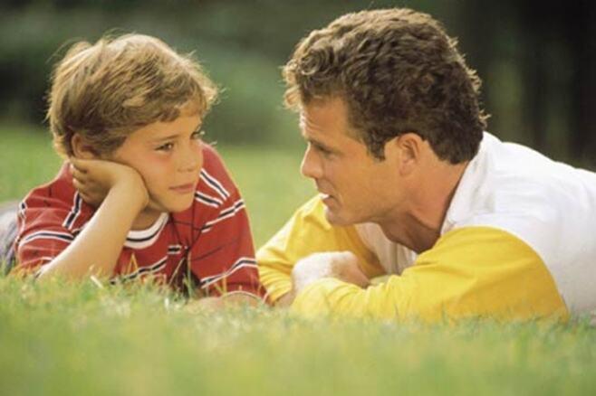 Padre hablando son su hijo en el campo