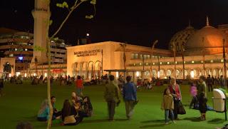 bersantai di alun alun kota bandung di malam hari