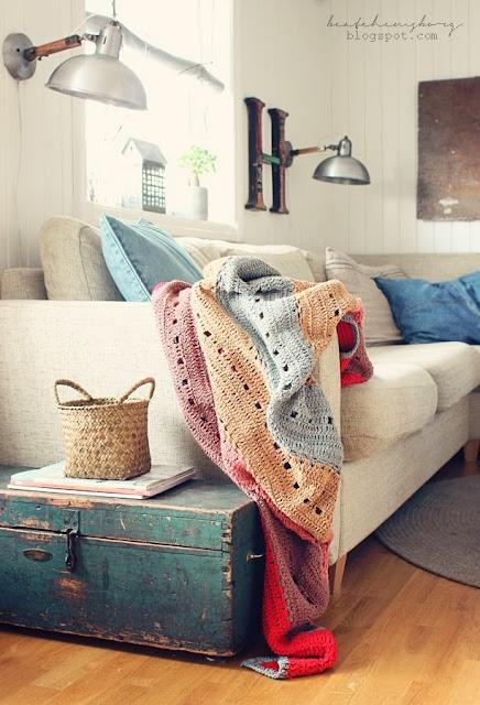 como-arrumar-mantas-no-sofa
