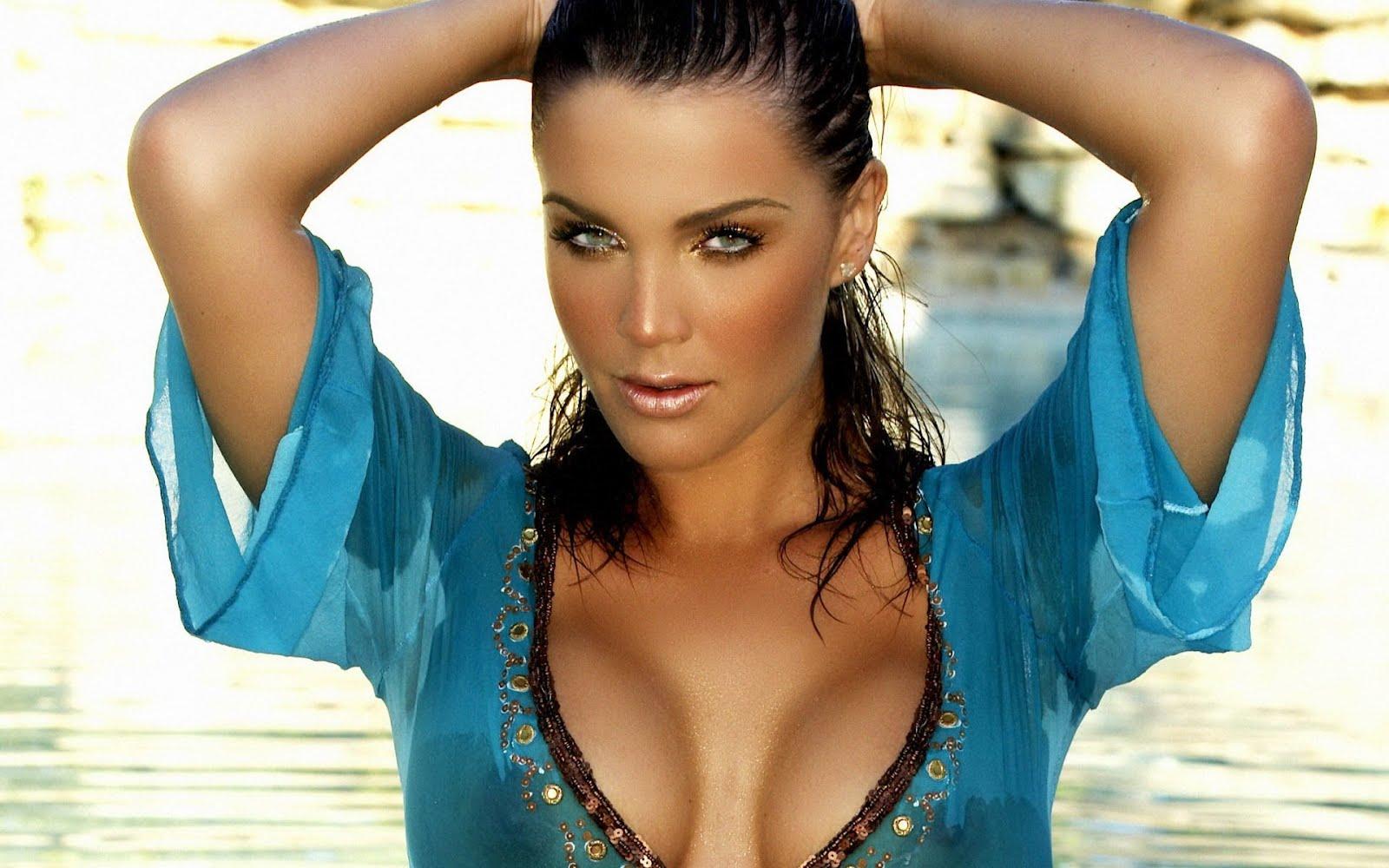 связи девушка с большой грудью в мокрой рубашке фото сильно