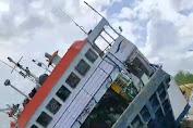 Viral di Medsos, Kapal Ferry KMP Bili Terbalik di Dermaga