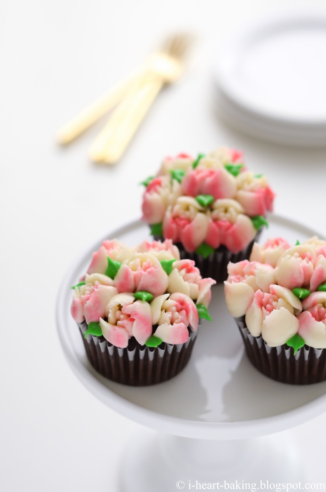 I heart baking pink and white flower bouquet cupcakes the other thing to point out is that every time you refill your piping bag the placement of the center color may come out differently in the ones above izmirmasajfo