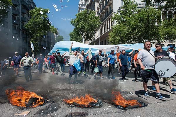 Manifestantes con banderas argentinas exigen libertad y justicia