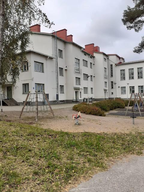 Vaalea kolmikerroksinen rakennus
