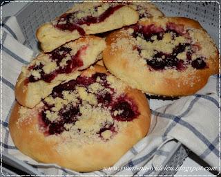 https://swiat-na-widelcu.blogspot.com/2021/03/drozdzowki-z-wisniami-i-kruszonka.html