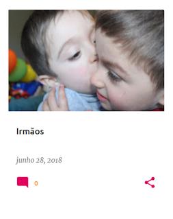 Dois irmãos, num plano aproximado, onde se vê um a dar um beijo ao outro