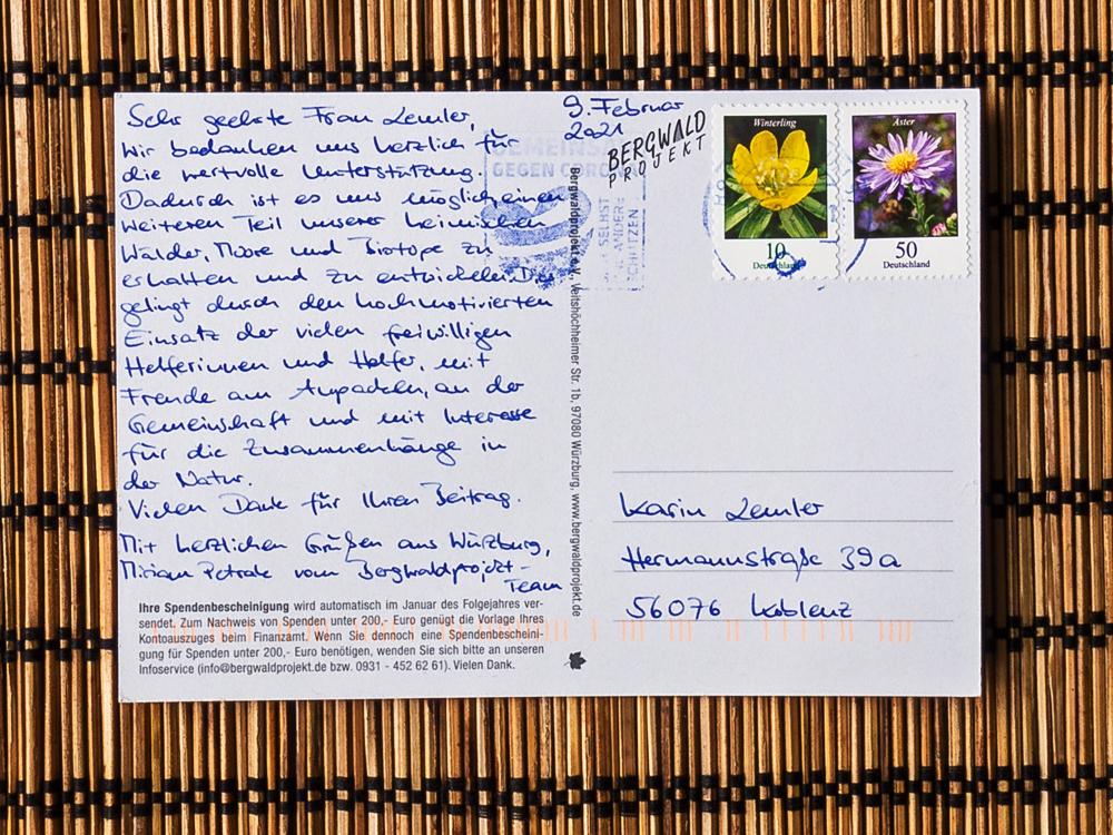 Eine Postkarte vom Bergwaldprojekt mit handschriftlichem Dank für die Spende
