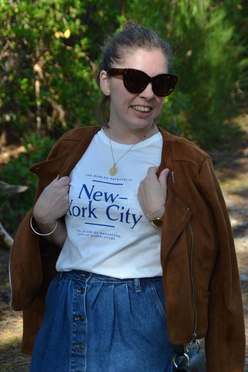 t-shirt New York H&M, jupe en jean Zara, lunette Aliexpress, veste en daim camel Stradivarius