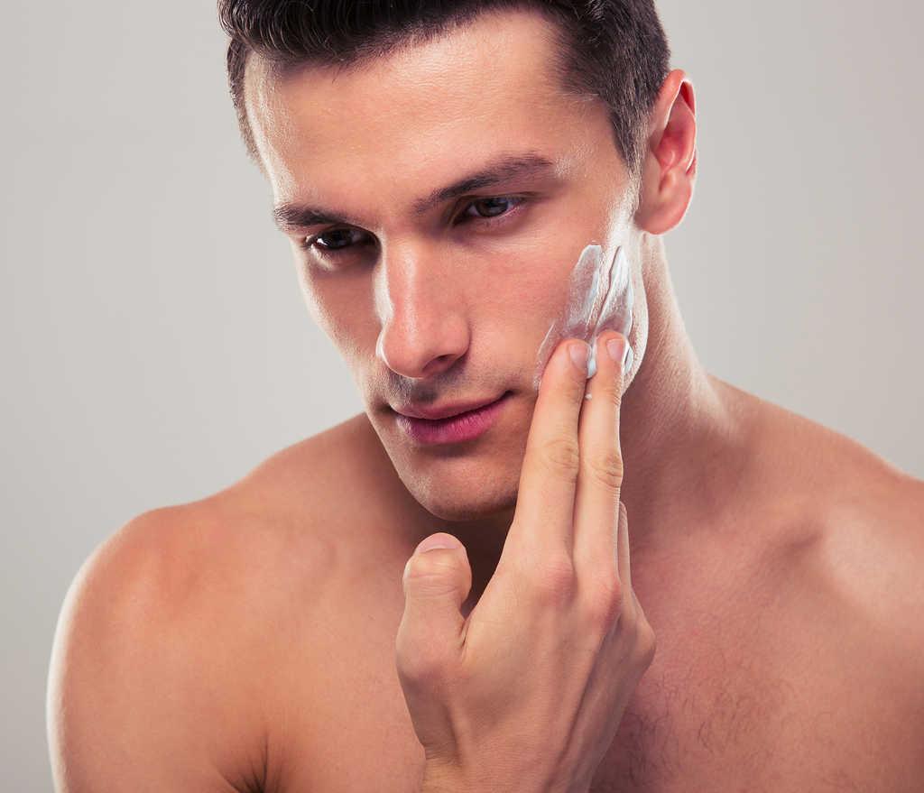 Um tipo de mancha escura na face mais comum em mulheres também afeta os homens. É o melasma, uma dermatose caracterizada por manchas escuras ou acastanhadas (e geralmente com padrão bilateral).