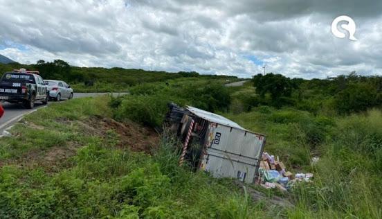 Caminhão carregado de biscoitos perde os freios e tomba em Sobral