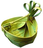 pohon lontar dan daun lontar yang dianyam sedemikian rupa sehingga mewujud menjadi semacam ember (wadah)