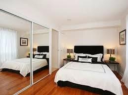 Habitación decorada con espejo