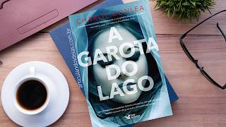 Foto do livro a garota do lago sobre uma mesa