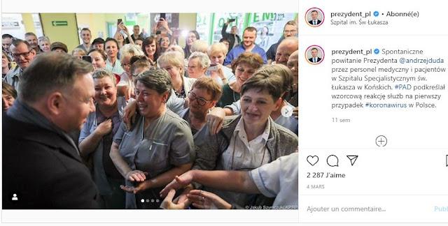 Andrzej Duda wita sięz personelem szpitala w Końskich