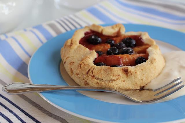 Aprikosenküchlein mit Blaubeeren und Crème fraîche