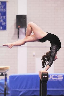 Gimnastyczna artystyczna wykonujące ćwiczenie na koźle