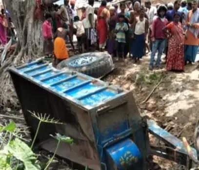 Patna news in Hindi   Bihar News: ट्रैक्टर पलटने से वृद्ध की मौत, आक्रोशित लोगों ने किया सड़क जाम