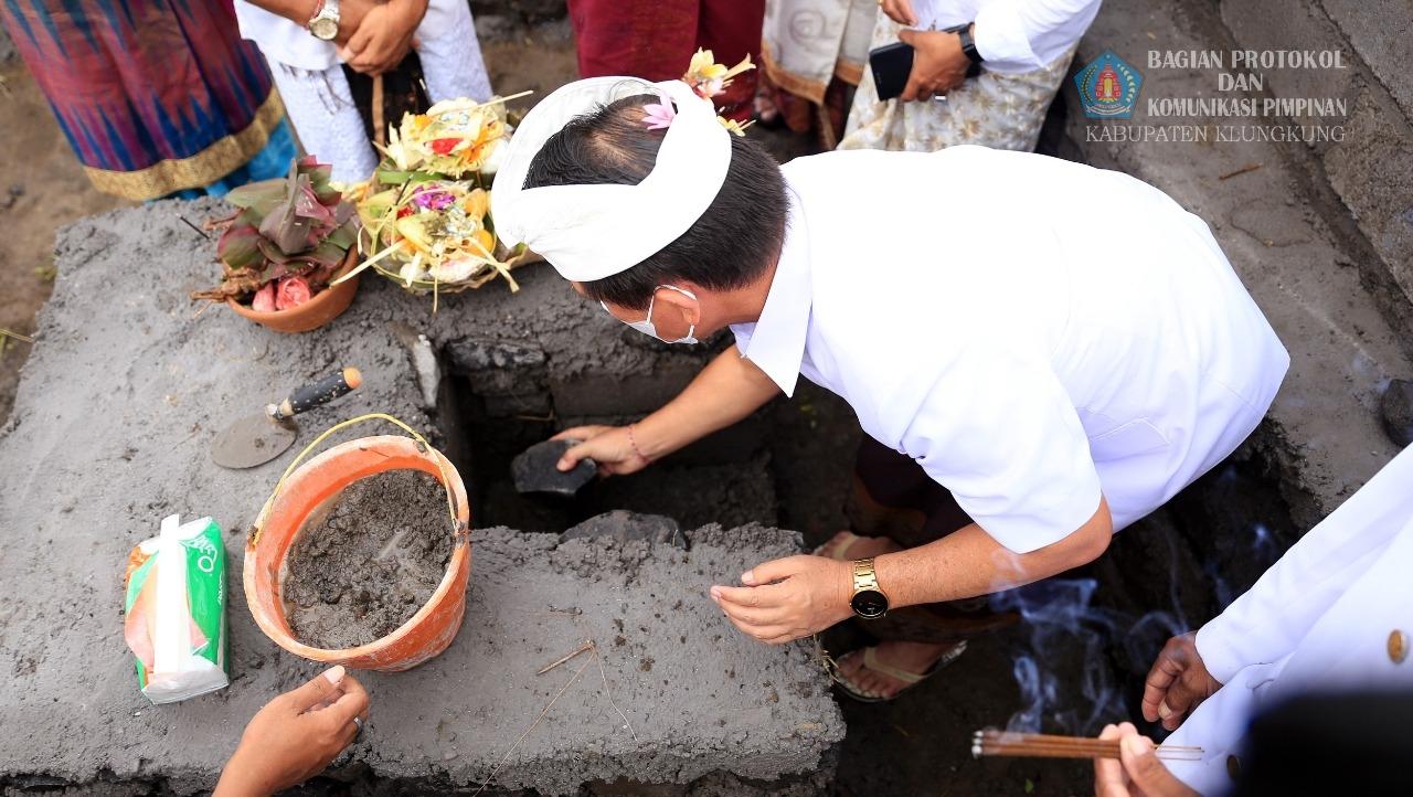 Bupati Suwirta Lakukan Peletakan Batu Pertama Pembangunan TPS3R Desa Akah.