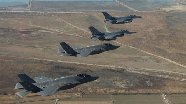 Cazas F-22 y F-35 compartirían datos con una nave espacial secreta de EE.UU.