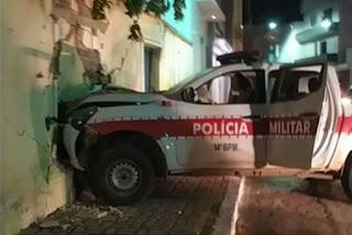 Viatura da PM colide com muro durante perseguição a motociclista que desobedeu ordem de parada em Sousa