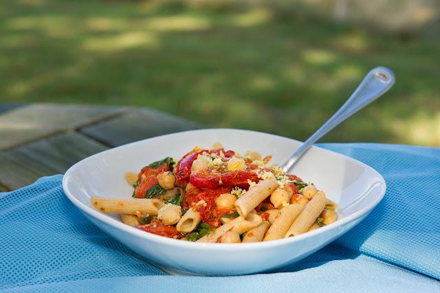Receta: Pasta con Tomates Rostizados, Garbanzos y Arúgula