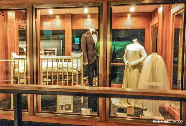 O traje usado por Elvis no casamento, o vestido de noiva de Priscilla Presley e o berço de Lisa Marie no pavilhão dos Troféus de Graceland