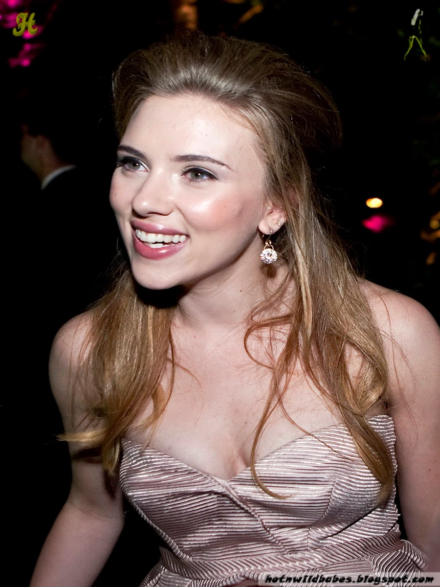 Scarlett Johansson Boobs Show