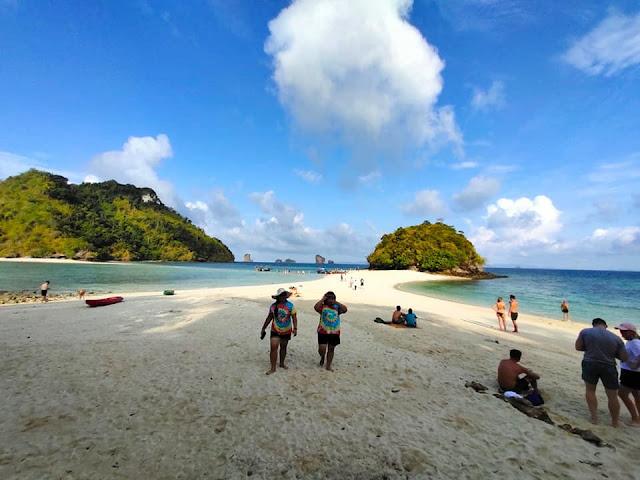 -ทะเลแหวก -เกาะปอดะ ได้ถูกขนานนามให้เป็นอีกหนึ่งสิ่งมหัศจรรย์แห่งอันดามันไทย เป็นสถานที่ท่องเที่ยวที่มีชื่อเสียงมาก ด้วยความสวยงามของท้องทะเลและหาดทราย