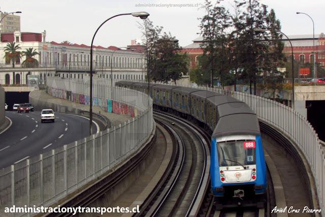 Tren Alstom NS2004 2088 entre Toesca y Parque O'Higgins