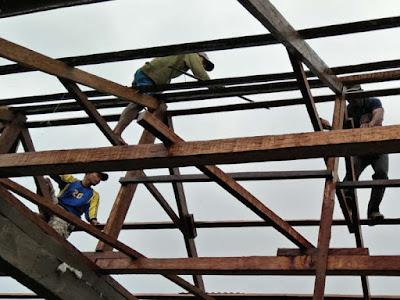 Babinsa Kodim Masohi Bantu Pembuatan Aula Masjid Telutih