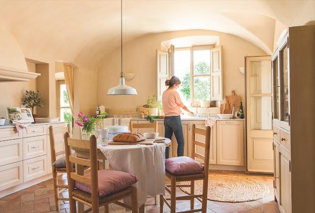 Tonuri pastelate de culoare într-o casă nou-nouță cu aer rustic